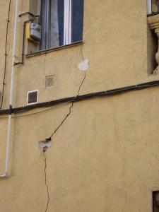Testigo tradicional de yeso en grieta de fachada.